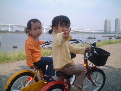 05-0919_momo_nono_with_bike.jpg