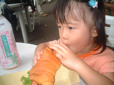 05-0923_Nodoka_eating_hotdo.jpg